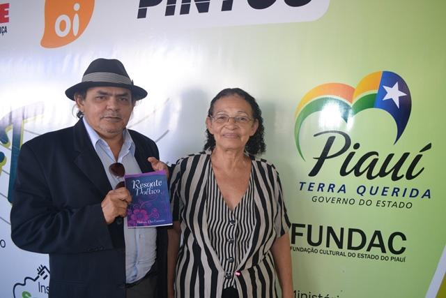Pedro Costa, da Funcor, um dos apoiadores da impressão do livro e a Antônia Dias na sede do Projeto Música Para Todos