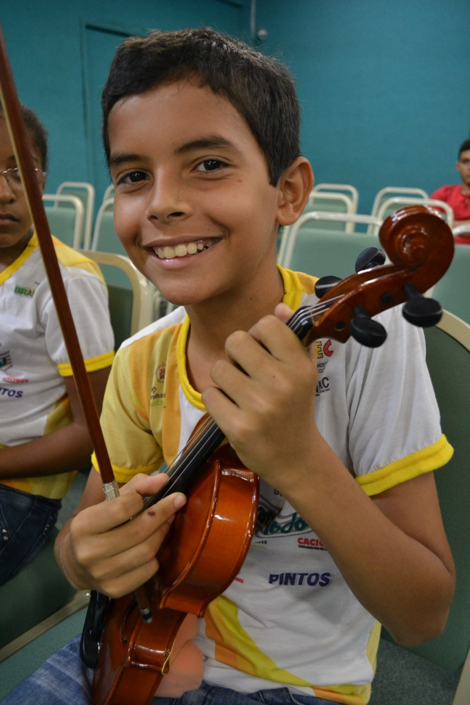 Alunos apresentam recital didático da Orquestra Infanto Juvenil Música Para Todos e prestam homenagens ao Dia do Professor